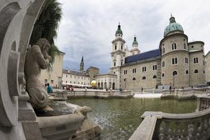 Austria, Salzburg, Salzburger Dom (Salzburg Cathedral) and hの写真素材 [FYI04333508]