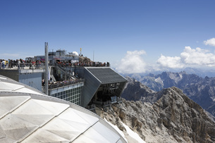 Austria, Tyrol, Zugspitze, Tourist at outdoor cafe, mountainの写真素材 [FYI04333514]