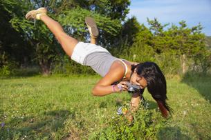 USA, Texas, Teenage girl taking photo of butterflyの写真素材 [FYI04333517]