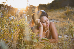 USA, Texas, Concan, Teenage girl lying on meadow with head pの写真素材 [FYI04333520]