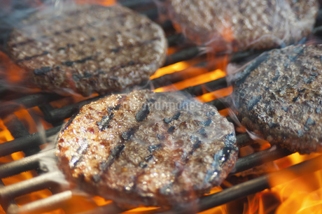 USA, Texas, Burger patties on barbecue grateの写真素材 [FYI04333525]