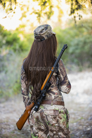 USA, Texas, Young woman with hunting rifleの写真素材 [FYI04333532]