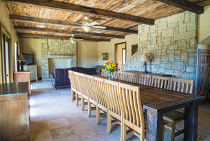 USA, Texas, Interior of rustic style homeの写真素材 [FYI04333547]