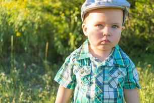USA, Texas, Baby boy standing in fieldの写真素材 [FYI04333551]