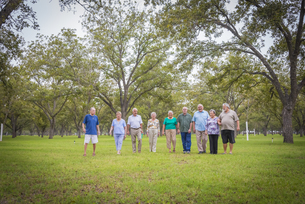 USA, Texas, Group  of senior citizens in parkの写真素材 [FYI04333560]