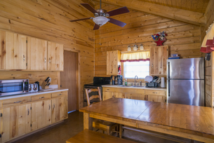 USA, Texas, rustic log home cabin interior with kitchen andの写真素材 [FYI04333563]