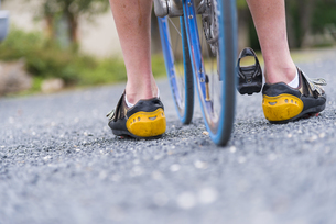 USA, Texas, Legs of a cyclist on tarmacの写真素材 [FYI04333567]