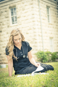 Portrait of young female nurse learningの写真素材 [FYI04333585]