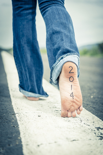 Young woman with date on her sole of foot walking on centreの写真素材 [FYI04333588]