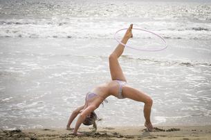 Mexico, Riviera Nayarit, young woman exercising with hula-hoの写真素材 [FYI04333627]
