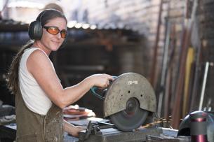 Female welder working in metal workshopの写真素材 [FYI04333631]