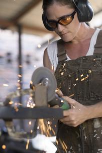 Female welder working in metal workshopの写真素材 [FYI04333632]