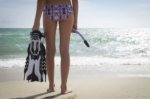 Mexico, Nayarit, teenage girl with snorkel and fins standingの写真素材 [FYI04333637]