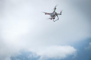 Flying droneの写真素材 [FYI04333640]