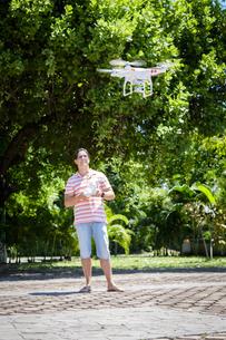 Man flying droneの写真素材 [FYI04333645]