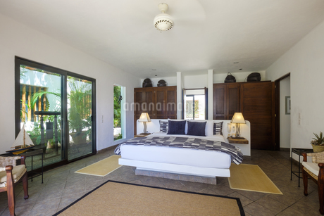 Bedroom in a residential homeの写真素材 [FYI04333655]