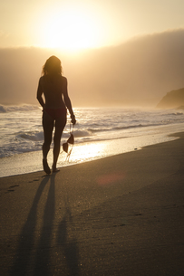 Mexico, Riviera Nayarit, silhouette of woman walking into thの写真素材 [FYI04333669]