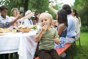 Boy on a garden partyの写真素材 [FYI04333683]