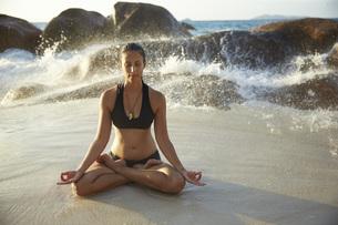 Seychelles, woman meditating at seafrontの写真素材 [FYI04333685]