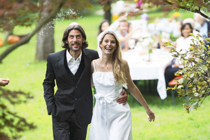 Bride and groom on a garden partyの写真素材 [FYI04333687]