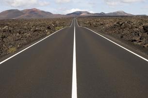 Spain, Lanzarote, roadの写真素材 [FYI04333692]