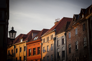 Poland, Torun, row of houses at the old town at sunsetの写真素材 [FYI04333720]