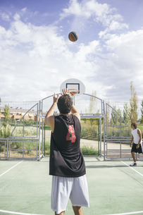 Young man throwing basketballの写真素材 [FYI04333736]