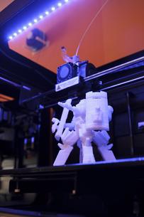 3D robot on a platform of a 3D printerの写真素材 [FYI04333750]