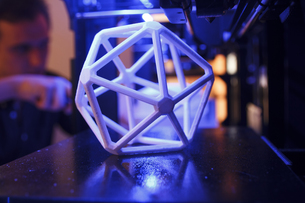 3D geometric figure on the platform of a 3D printer with a mの写真素材 [FYI04333752]