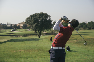 Golfer playing golf in a golf courseの写真素材 [FYI04333757]