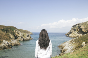 Back view of woman looking to the seaの写真素材 [FYI04333770]