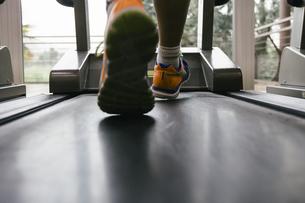 Feet of man running on a treadmillの写真素材 [FYI04333782]
