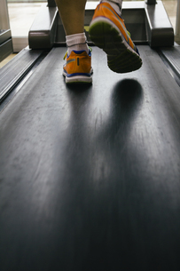 Feet of man running on a treadmillの写真素材 [FYI04333784]