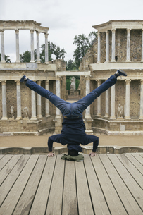 Spain, Merida, man doing a handstand with legs extendedの写真素材 [FYI04333788]