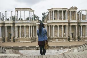 Spain, Merida, back view of woman standing in front of Romanの写真素材 [FYI04333791]