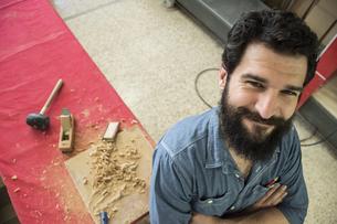 Portrait of carpenter smilingの写真素材 [FYI04333809]