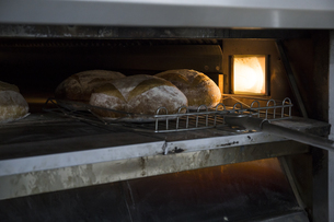 Bread in the oven of a bakeryの写真素材 [FYI04333873]