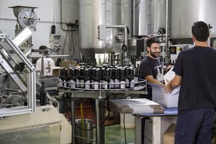 Men working in beer bottling plantの写真素材 [FYI04333919]