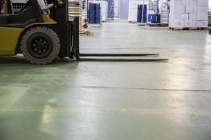 Forklift in storagehouseの写真素材 [FYI04333925]