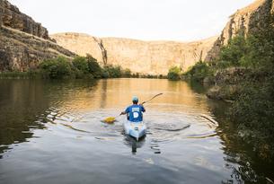 Spain, Segovia, Man in a canoe in Las Hoces del Rio Duratonの写真素材 [FYI04333945]