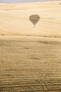 Spain, Segovia, shadow of a hot air balloon on fieldの写真素材 [FYI04333954]
