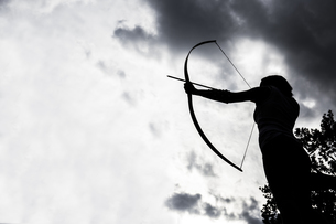 Silhouette of an aiming archeressの写真素材 [FYI04333964]