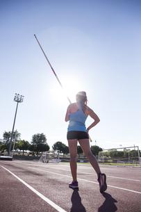 Female pole vaulter preparingの写真素材 [FYI04333973]