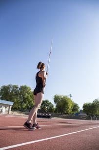 Female pole vaulter preparingの写真素材 [FYI04333974]