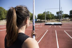 Female pole vaulter preparingの写真素材 [FYI04333978]