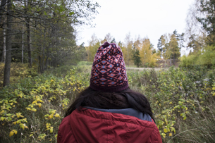 Back view of woman wearing patterned wooly hat in natureの写真素材 [FYI04333988]
