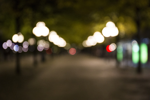 Unfocused street with lights by nightの写真素材 [FYI04333994]