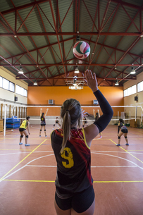 Volleyball player serving the ball during a volleyball matchの写真素材 [FYI04333997]