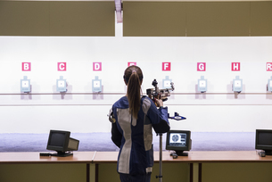 Woman in front of the targets in a shooting rangeの写真素材 [FYI04334004]