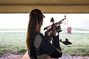 Woman in front of the targets in a shooting rangeの写真素材 [FYI04334008]
